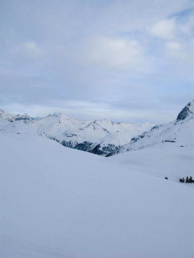 הפסגות המולשגות של ואל דיזר המשקיפה על רכס Mont Blanc