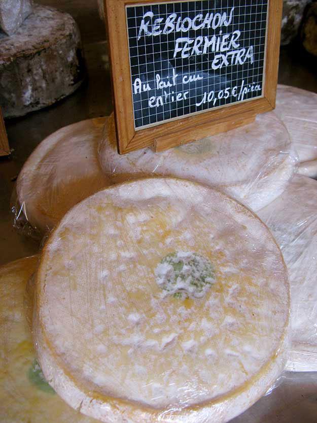 רובלושון גבינה טיפוסית לאזור האלפים הצרפתיים, אותה מגישים מעל תפוחי אדמה מבושלים ושאר תבשילים אלפיני
