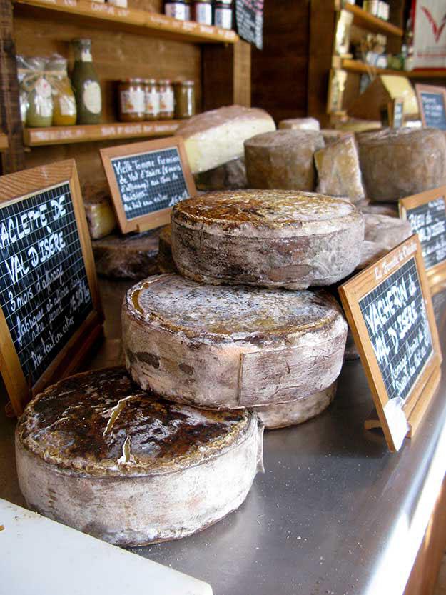 חריצי גבינה עטופים בקליפת עץ מוצגים בחנות המחלבה