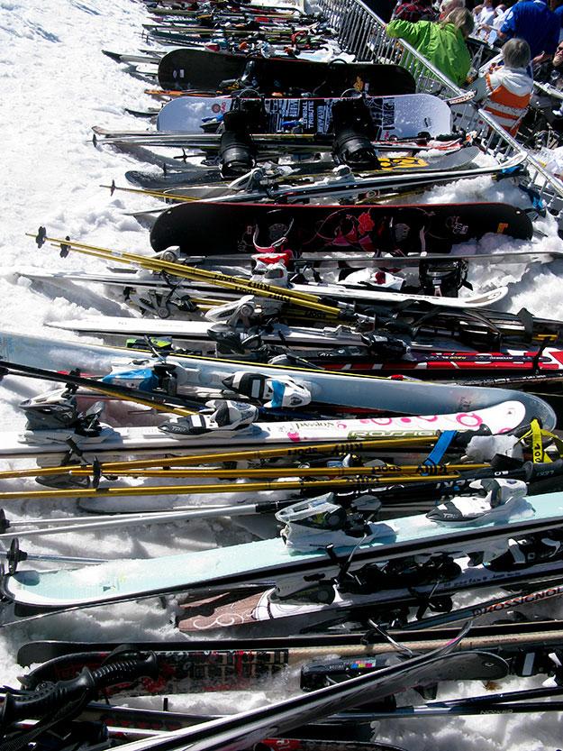 חניית סקי בכניסה למסיבת אפרה סקי