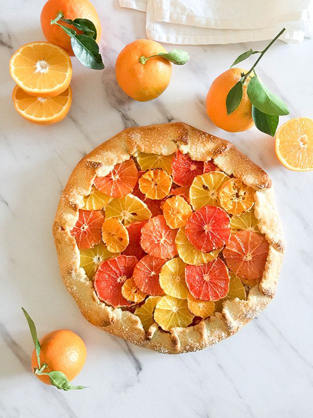 טארט כפרי מבצק פריך עם פרוסות של תפוזים, וקלמנטינות