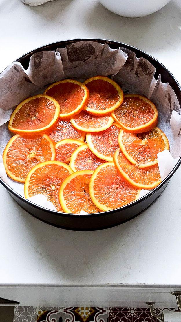מעבירים את התפוזים בצורה דקורטיבית לתחתית תבנית האפייה