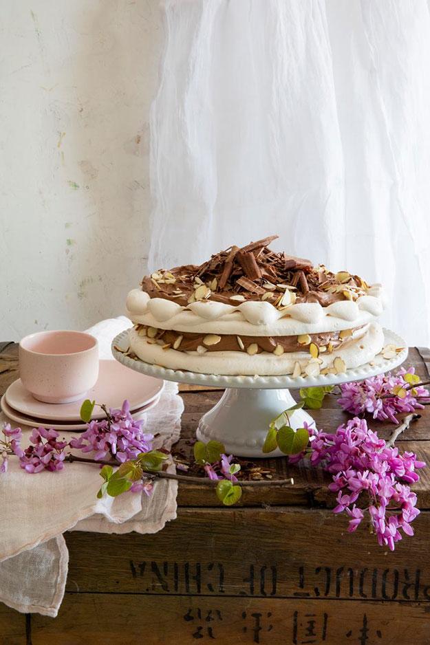 פבלובה שתי כומות עם קרם שוקולד ושקדים קלויים