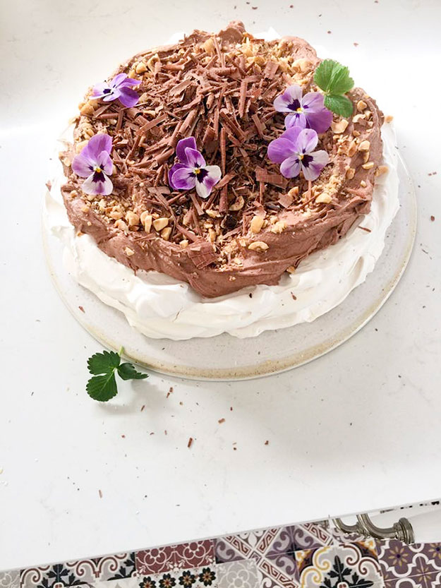 פבלובה עם גנאש שוקולד מוקצף, אגוזי לוז קלויים ושבבי שוקול
