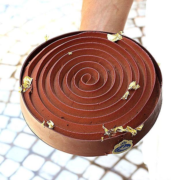 טארט שוקולד גדול של ג'פרי קאן מעוטר בעלי זהב. קרדיט צילום: שרון היינריך