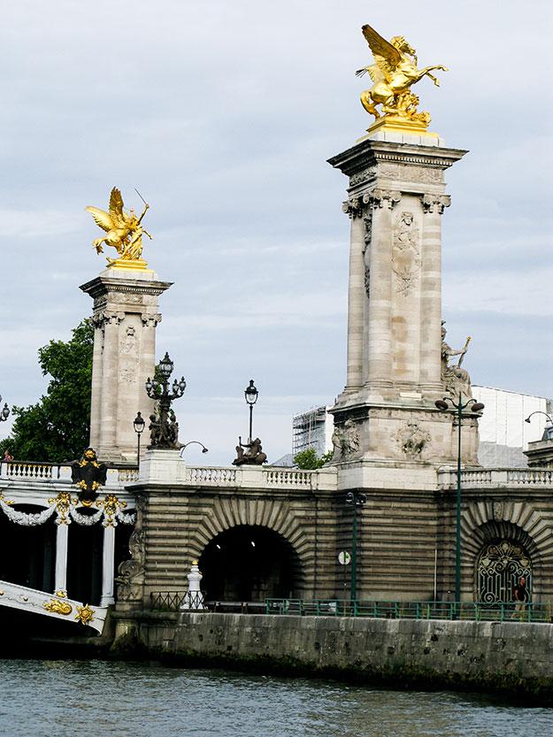 על גדות נהר הסן בפריז גשרים, מבנים היסטוריים וערבה בוכיה