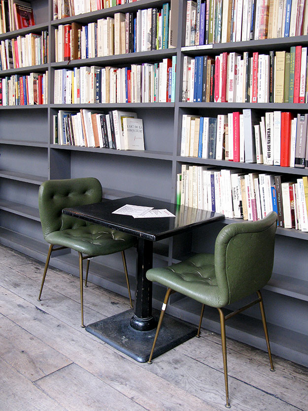 אפשר גם לשבת ללגום קפה בספריה של MERCI