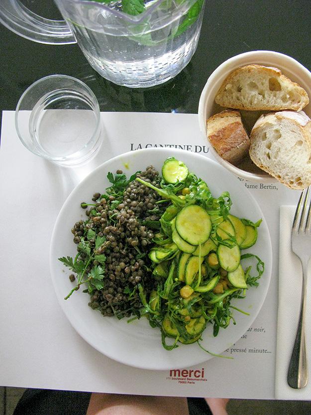 סלט עדשים שחורות וזוקיני עם ארוגולה, צהריים בקנטינה של MERCI