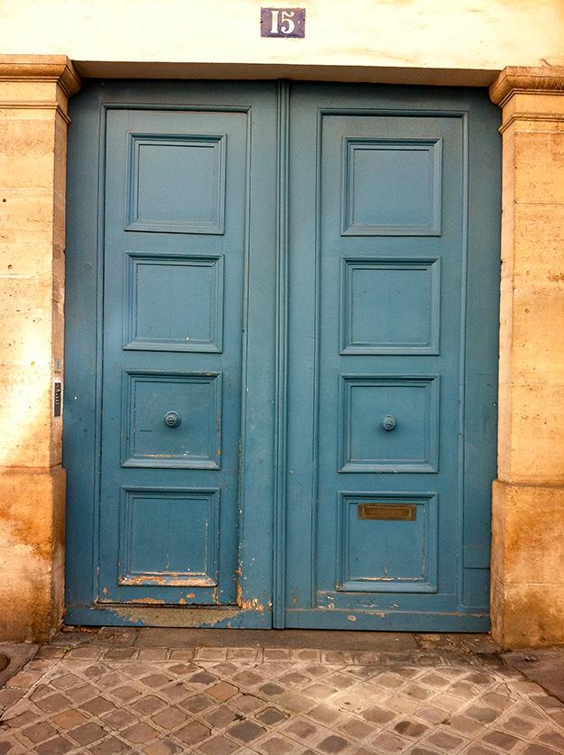 דלת צבעונית ברחובות המארה בפריז