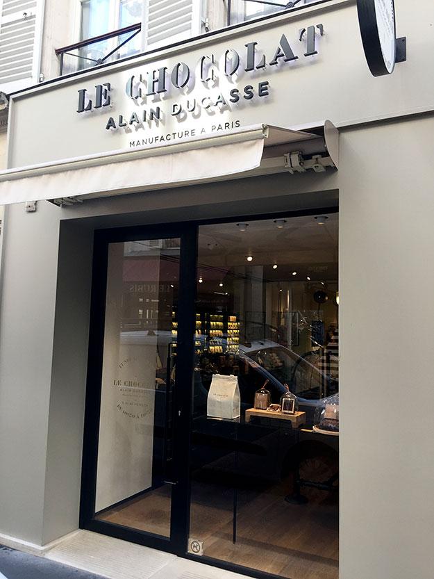 השף הצרפתי הנודע Alain Ducasse שמחזיק שאמתחתו 21 כוכבי מישלן על סך מסעדותיו וכן זה לא מפתיע שבוטיק השוקולד שלו הוא לא פחות מיצירת אמנות.