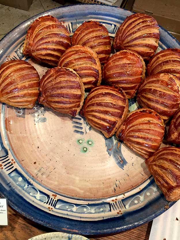 טארט משמשים במראה כפרי מבצק פריך נפלא בבולנג'רי עתיק