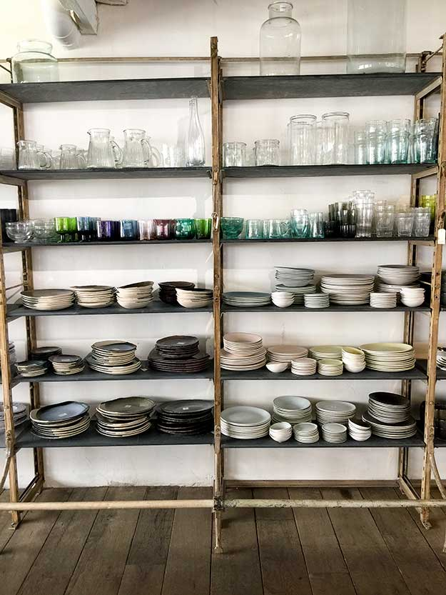 מדפים עמוסים בכלים יפיפים בחנות MERCI