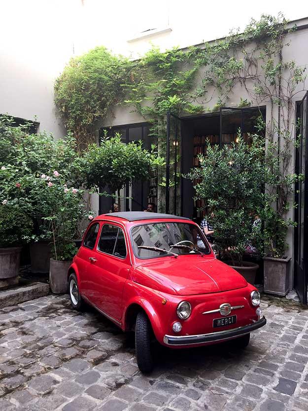 פיאט אייקונית אדומה בכניסה למכה העיצוב הפריזאי ME