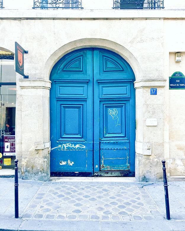 דלת כחול להסתובב ברחבות הקטנים והעתיקים ברובע המארה אחד הרובעים היפים