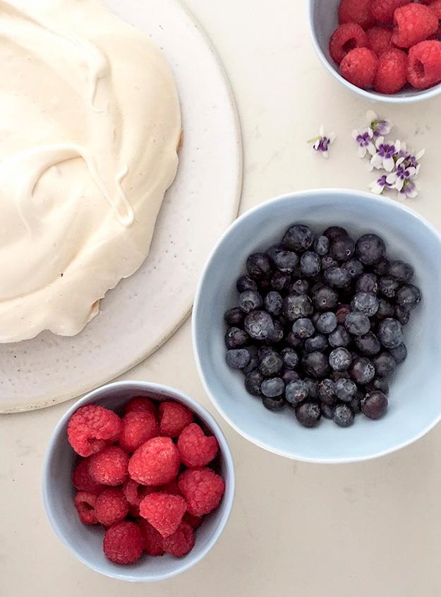 פבלובה אפויה עם קרם לימון וקצפת ופירות יער בקעריות