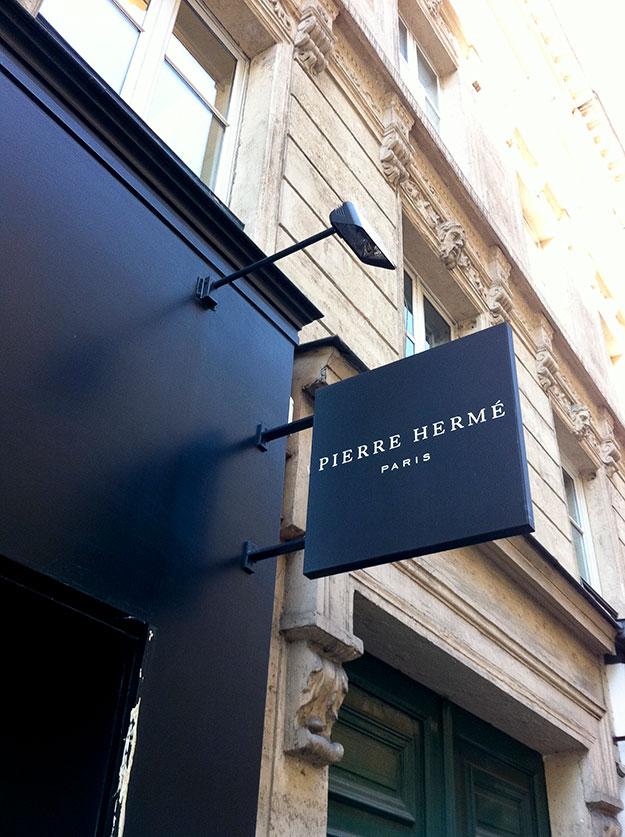 החזית השחורה בכניסה לבוטיק הפטיסרי של פייר הרמה