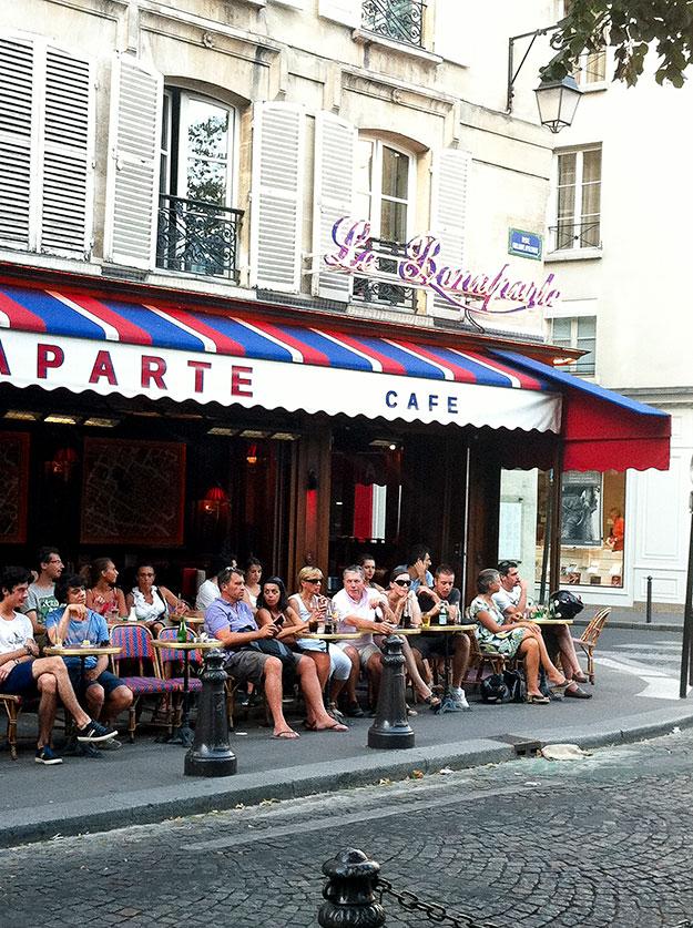 פינה פריזאית טיפוסית, לרבוץ בבית קפה כמו Le Bonaparte Café בסאן ז'ארמן