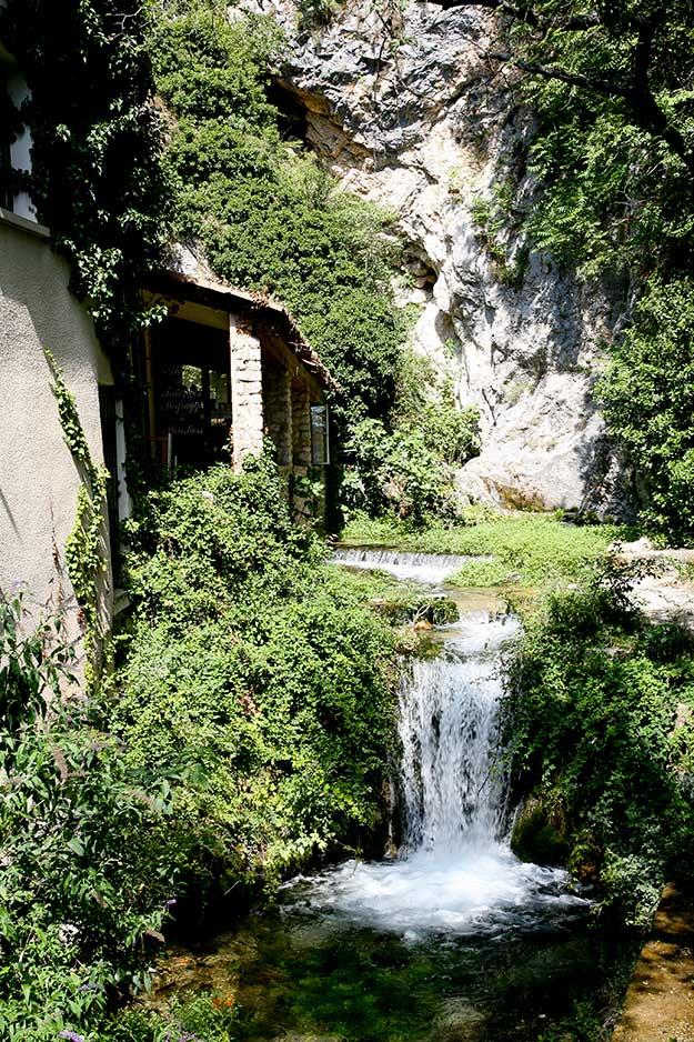 בעיירה נביעות מים טבעיות ומפלי מים שוצפים שנובעים במעלה ההר