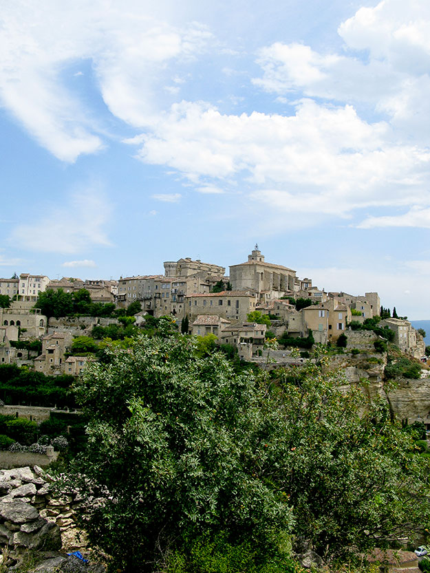 Villages מכביש המוביל לגורד, Gordes נראית העיירה כאסופה של בתי אבן לבנים ובראשה כתר בצורת מבצר מימי הביניים