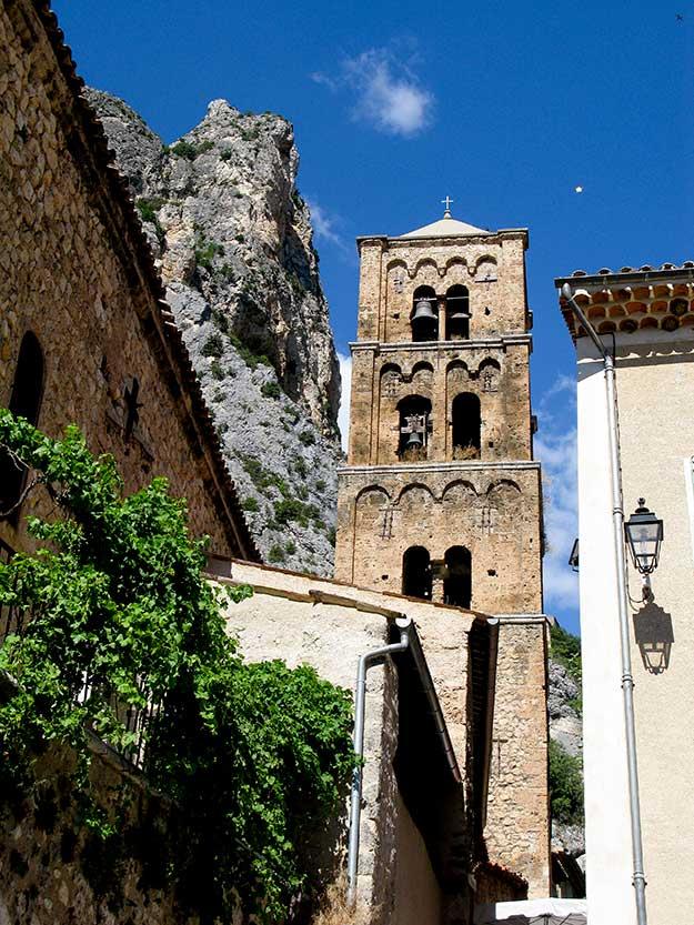העיירה הקרובה לריאז, מוסטייה סנט מרי, Moustiers-Sainte-Marie יופייה וסמטאותיה שטופות השמש