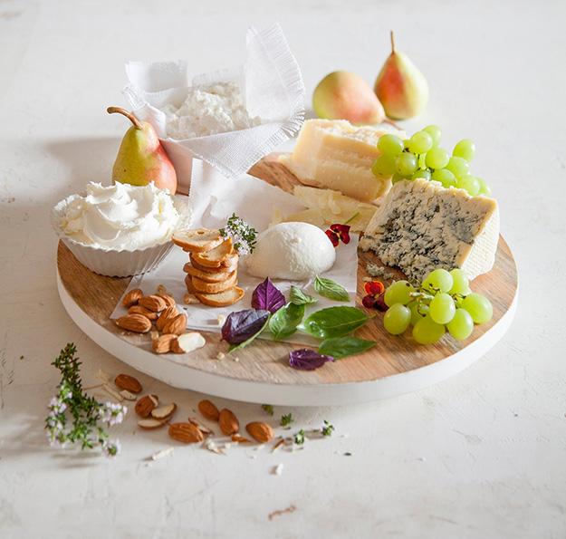 מגש עם מגוון של טעמים, גבינות עדינות ומתוקות, למריחה, רכות קשות, ועד גבינות בטעמים עזים