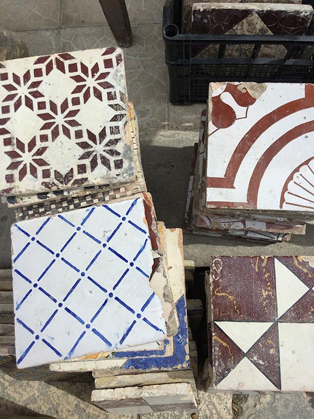 אריחים מצויירים עתיקים מפרוק בתים בשוק