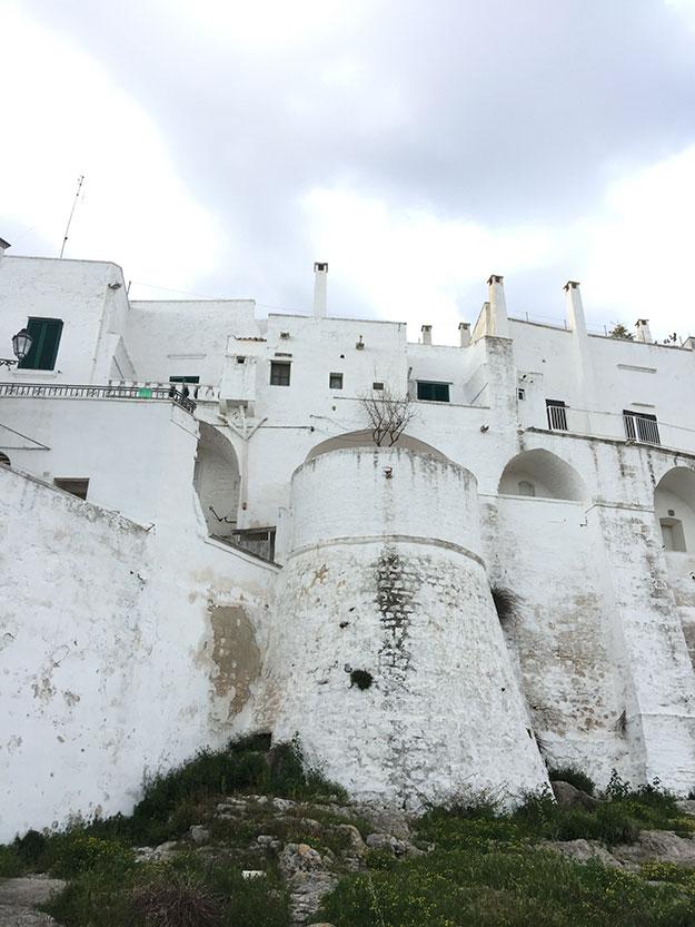 """אוסטוני """"העיר הלבנה"""", מוקפת חומה בצורה ובתי העיירה עשויים מאבן גיר, צבועים בלבן בוהק"""