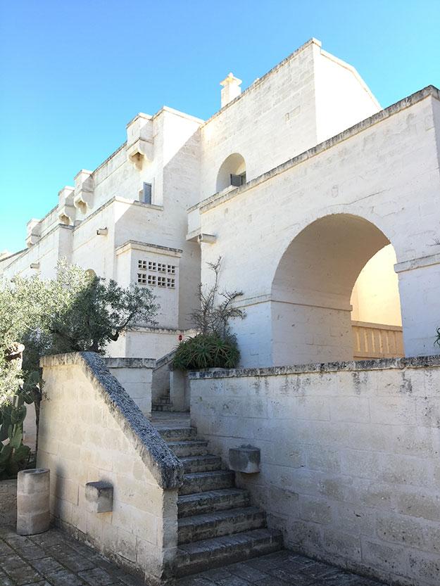 המבנים עצמם של חדרי האירוח, וילות בגדלים שונים, נבנו תוך שימוש מדוייק באבנים מסותתות