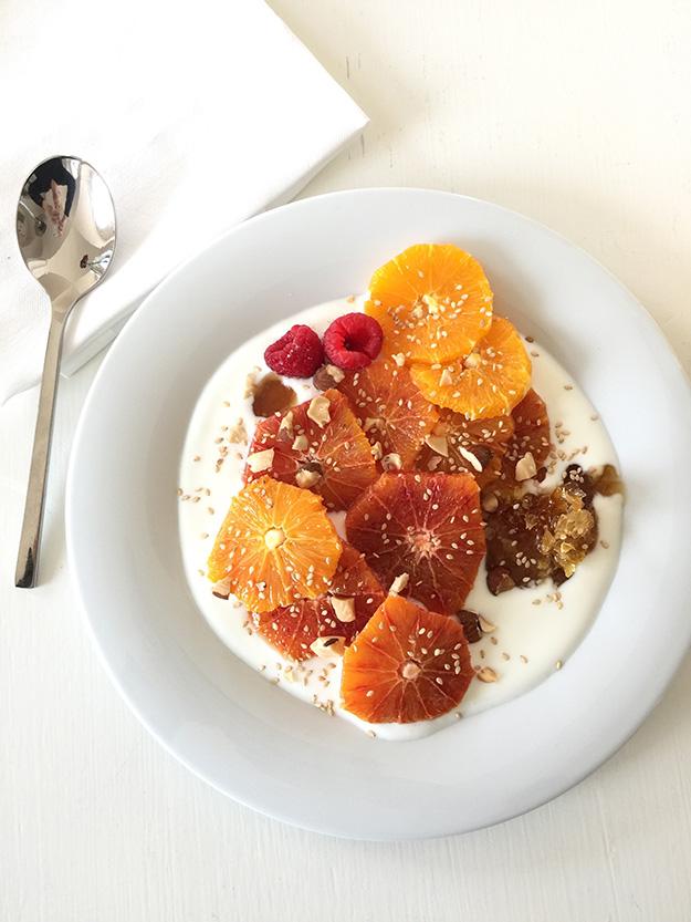 ארוחת בקר בריאה במלון Borgo Egnazia עם יוגורט עיזים, פירות ודבש אורגני