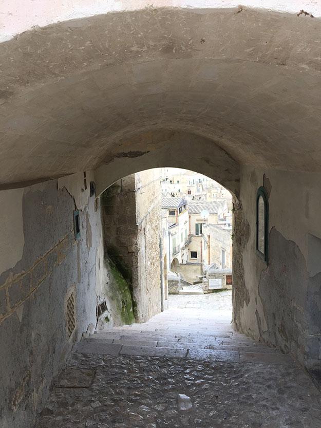 סמטאות מובילות למרפסת המקיפה את החלק העתיק של מטרה