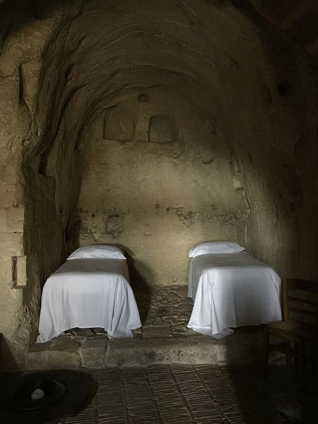 במטרה, בית מלון בתוך מערה חצובה בסלע, עיצוב פנים נזירי ותחושה כאילו הזמן עצר מלכת