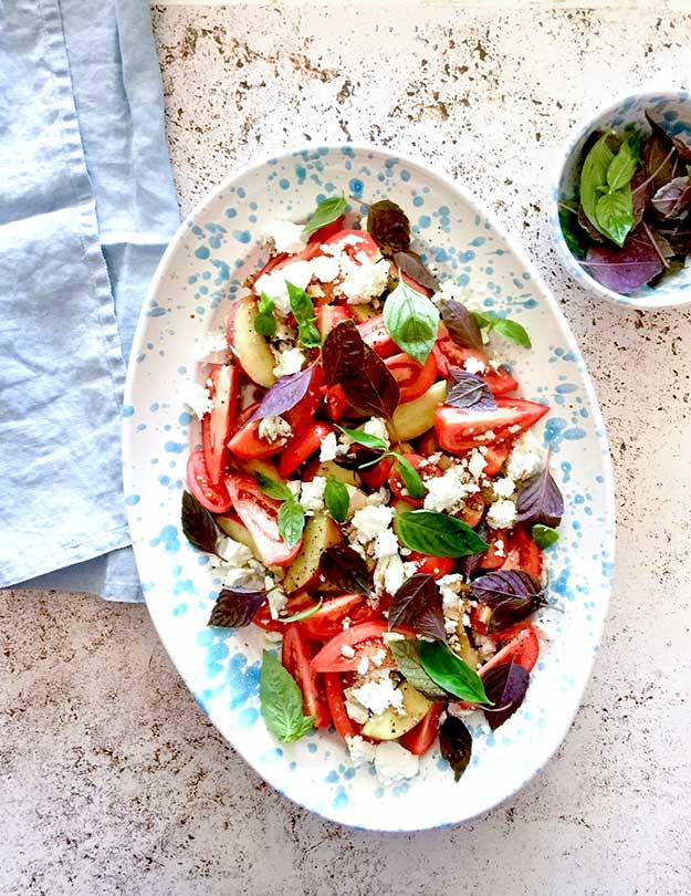 סלט קיץ של עגבניות אפרסק ופטה