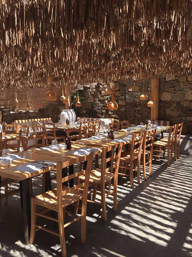 אפשר לאכול ולשתות במיטות הרביצה על החוף או במסעדה החוף אלמגאו