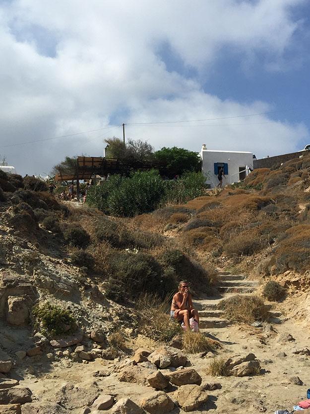הירידה למפרצון הקטן, מקיקי'ס טברנה לחוף אגיוס סוטיס