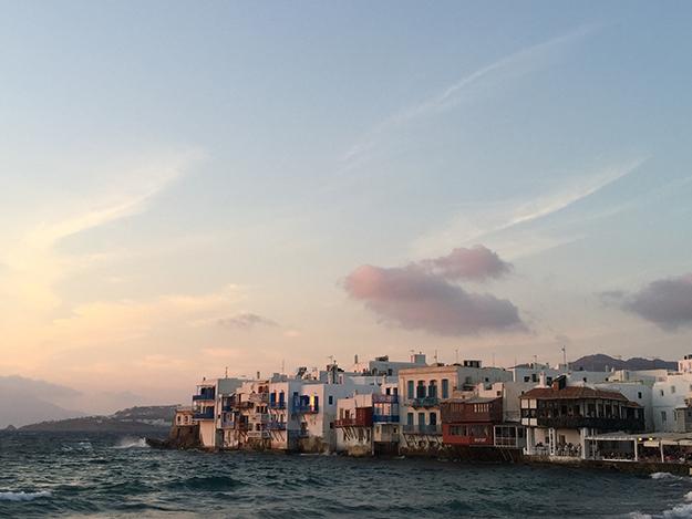 לסיים את היום בסמטאות העיר העתיקה במיקונוס, לחזות בשקיעה הקסומה על הונציה