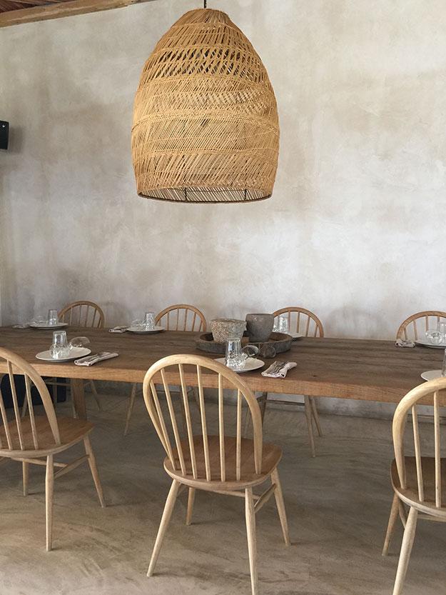 שולחנות אבירים במסעדה בסקורפיוס פתוחה מכל הכיוונים לרוח מהים