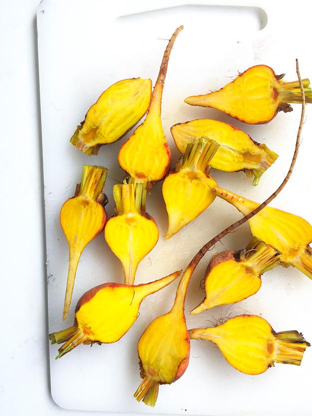 סלק צהוב מהפנט בגוון הזוהר שלו ומתוק במיוחד