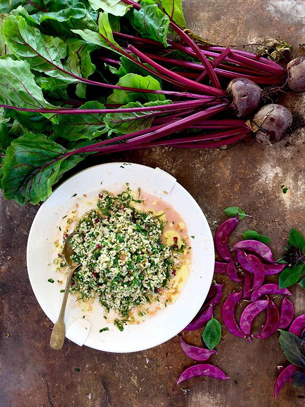 טאבולה עם כל העלים הירוקים מהגינה, זרעי עגבניות ושמן זית